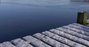 Lac congelé par pilier de neige d'inclinaison d'appareil-photo clips vidéos