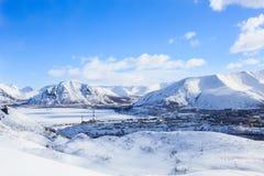 Lac congelé par ville industrielle polaire russe en montagnes de Khibiny d'hiver Image libre de droits