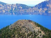 Lac crater d'île de magicien Photo stock