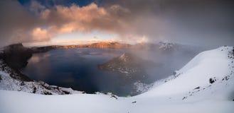 Lac crater partialy brumeux Images libres de droits