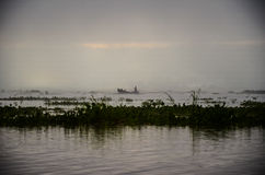 LAC D'INLE, MYANMAR 20 SEPTEMBRE 2016 : Silhouettes de la pêche locale de pêcheur pour la nourriture au lever de soleil Photo libre de droits