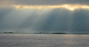 LAC D'INLE, MYANMAR 20 SEPTEMBRE 2016 : Silhouettes de la pêche locale de pêcheur pour la nourriture au lever de soleil Images libres de droits