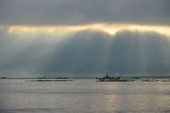 LAC D'INLE, MYANMAR 20 SEPTEMBRE 2016 : Silhouettes de la pêche locale de pêcheur pour la nourriture au lever de soleil Photo stock