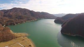 Lac d'un barrage artificiel banque de vidéos