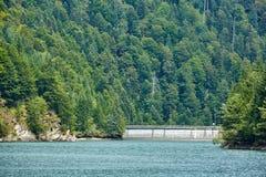 Lac dam dans les montagnes Images libres de droits