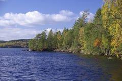 Lac dans l'automne, Suède photographie stock libre de droits