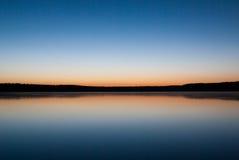 Lac dans le coucher du soleil Image libre de droits