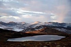 Lac dans le coucher du soleil Photo stock