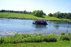 Lac dans le jardin de Leeds Castle, Angleterre photo stock