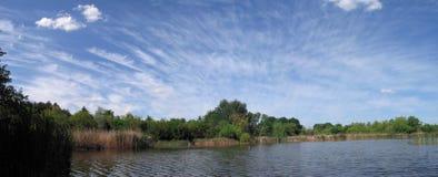 Lac dans le panorama de la Serbie Images stock