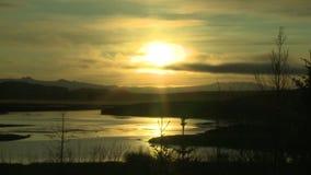 Lac dans le soleil de minuit banque de vidéos