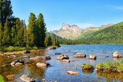 Lac dans le taiga de montagne photographie stock