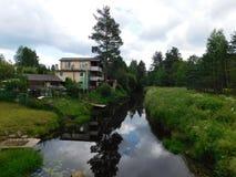 Lac dans le village de Novinka Photographie stock