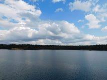 Lac dans le village de Novinka Photos stock