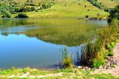 Lac dans le village Rosia Montana - vieille mine d'or romaine Rosia Montana, la Transylvanie Images stock