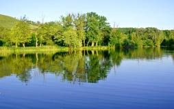 Lac dans le village russe Photo stock