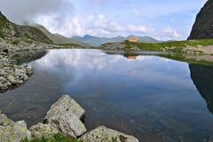 Lac dans les montagnes images libres de droits