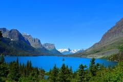 Lac dans les montagnes photo stock