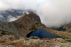 Lac dans les montagnes de la Corse, itinéraire GR-20 de trekking Images libres de droits