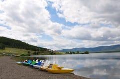 Lac dans les montagnes des Monts Oural Photographie stock