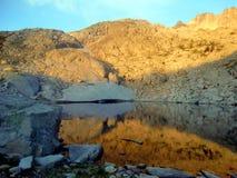 Lac dans les montagnes du massif de Besiberri Image stock