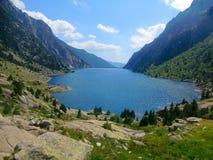 Lac dans les montagnes du massif de Besiberri Photo stock