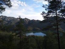 Lac dans les montagnes entourées par la forêt, Espagne image stock