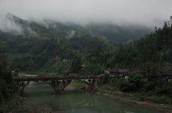 Lac dans les montagnes et un pont Photos stock