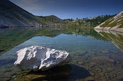 Lac dans les montagnes, lac calme avec le ciel bleu Image libre de droits