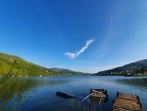 Lac dans les montagnes polonaises le jour ensoleill?, Miedzybrodzie Bialskie, Pologne image stock