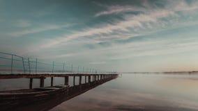 Lac dans un matin tôt d'automne de froid image stock