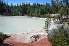 Lac de ébullition de ressort en parc national volcanique de Lassen image libre de droits