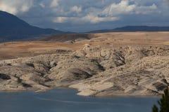 Lac de barrage de montagne en Algérie du nord Image stock