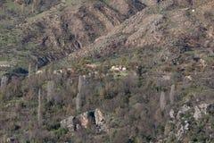 Lac de barrage de montagne en Algérie du nord Photographie stock