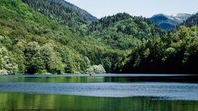 Lac de biogradsko de photo avec le flotter avec des voyageurs sur le bateau photos libres de droits
