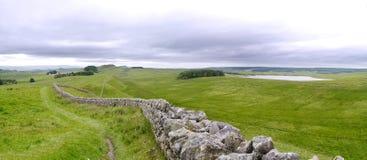 Lac de Broomlee par le chemin du mur de Hadrian Photo stock