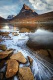 Lac de congélation en vallée d'Innerdalen en montagnes norvégiennes photo libre de droits