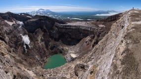 Lac de cratère de Gorely Volcano's et glacier impressionnant d'it's avec le volcan de Mutnovsky à l'arrière-plan images libres de droits