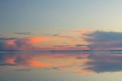 Lac de fonte de montagne de ressort dans le coucher de soleil Photos stock