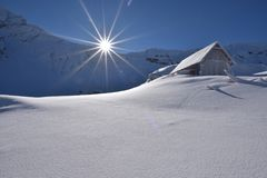 Lac de glacier de Balea, route de Transfagarasan en montagnes carpathiennes de la Roumanie Fagaras photo libre de droits
