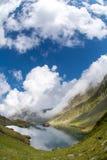 Lac de glacier de Balea, route de Transfagarasan en montagnes carpathiennes de la Roumanie Fagaras photos libres de droits