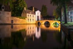 Lac de l'amour et du Beguinage Begijnhof la nuit, Bruges, Belgique Image libre de droits
