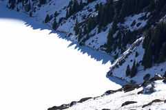 Lac de l'hiver de montagne Photographie stock libre de droits