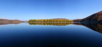 Lac de la lumière et de l'ombre et des couleurs d'automne photographie stock libre de droits