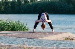 Lac de lever de soleil de yoga de beauté de fille dehors images libres de droits