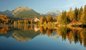 Lac de montagne coloré par automne - haut Tatras images stock