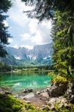 Lac de montagne d'été images stock