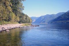 Lac de montagne de côte Photo stock