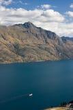 Lac de montagne de cruses de bateau de vapeur Photographie stock