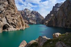 Lac de montagne de Kelsu avec la couleur de turquoise de l'eau Photographie stock